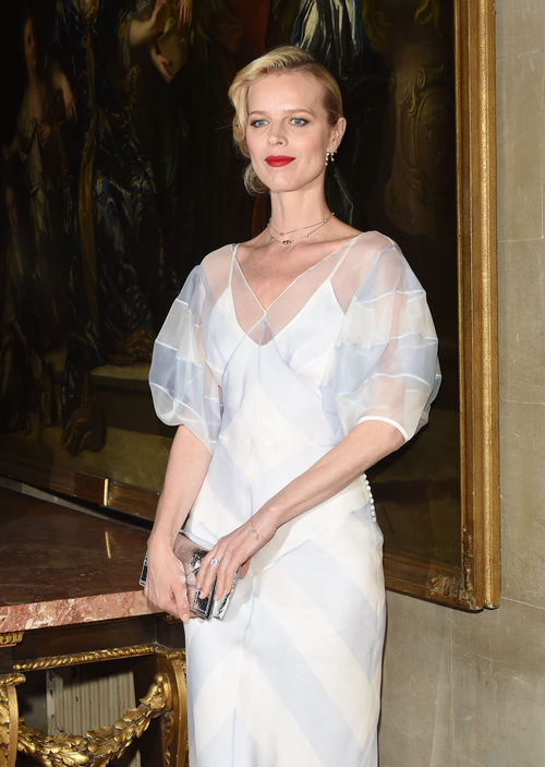 Eva Herzigová en el Front Row del desfile Crucero 2017 de Dior
