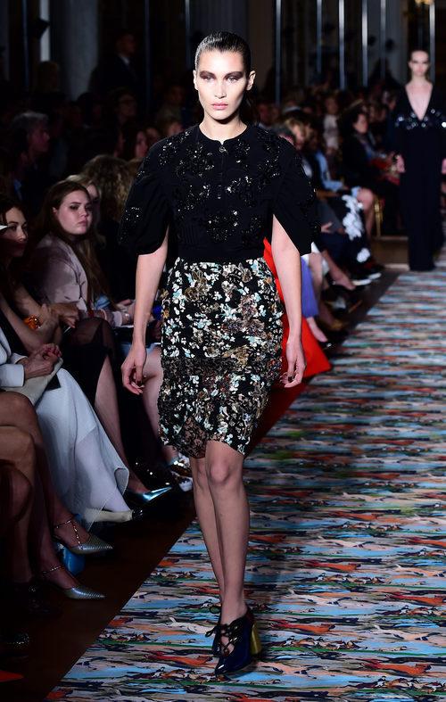 Bella Hadid desfilando para la colección Crucero 2017 de Dior en Londres