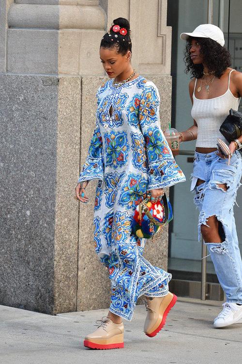 Rihanna con una túnica print geométrica