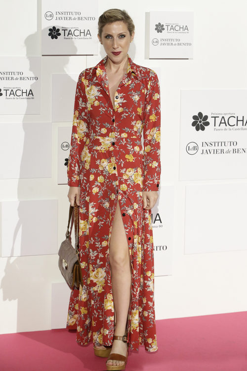 Cecilia Freire con un vestido abotonado en color teja y un print floral
