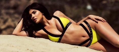 Kylie Jenner posando con un bikini de la colección 'Kendall+Kylie' para Topshop
