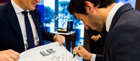 Esteban Granero firmando una camiseta en el evento promocional de relojes Baume&Mercier