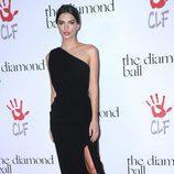 Emily Ratajkowski con vestido negro con apertura lateral