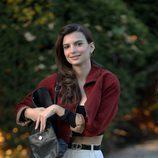 Emily Ratajkowski con conjunto de pantalón talle alto blanco y bomber granate