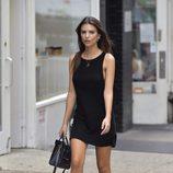 Emily Ratajkowski con vestido negro corto