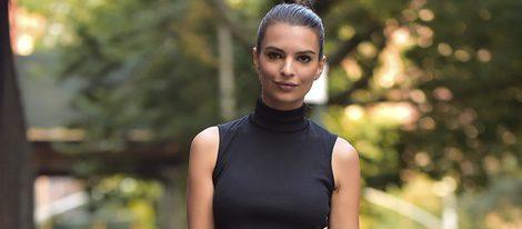 Emily Ratajkowski con conjunto crop top y falda negra
