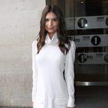 Emily Ratajkowski con vestido blanco de cuello vuelto caído