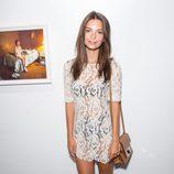 Emily Ratajkowski con vestido blanco con bordados y transparencias