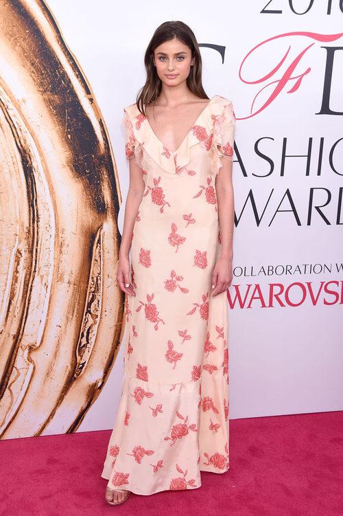 Taylor Hill en la alfombra roja de los Premios CFDA Fashion 2016