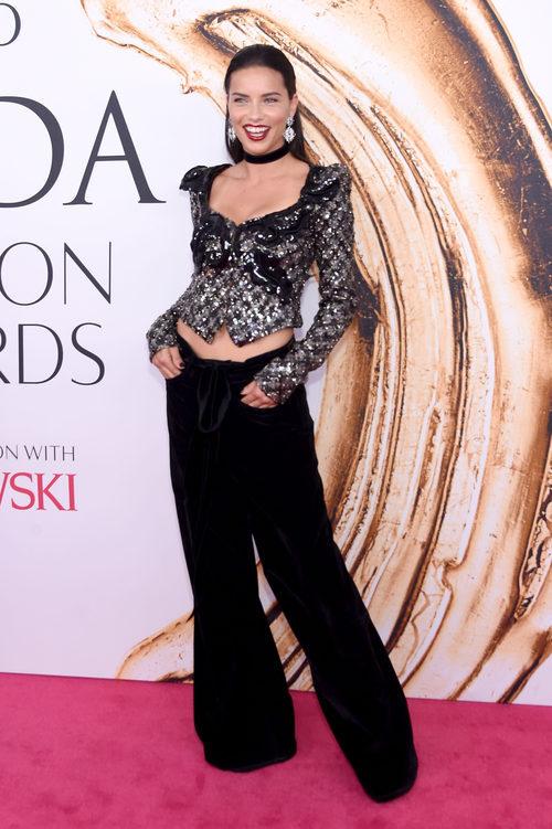 Adriana Lima en la alfombra roja de los Premios CFDA Fashion 2016