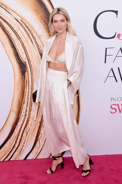 Jessica Hart en la alfombra roja de los Premios CFDA Fashion 2016