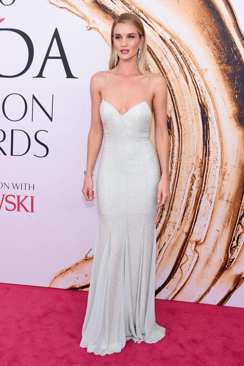 Rosie Huntington Whiteley en la alfombra roja de los Premios CFDA Fashion 2016