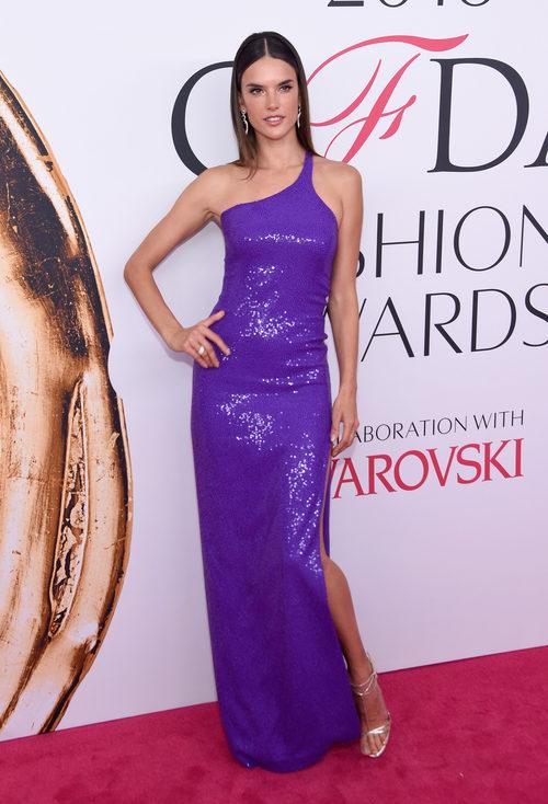 Alessandra Ambrosio en la alfombra roja de los Premios CFDA Fashion 2016