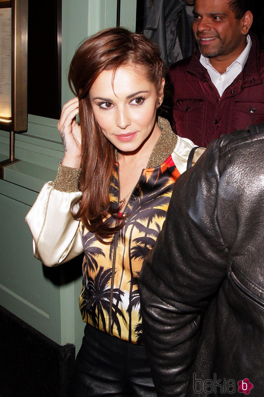 Cheryl Cole con una bomber tropical en Londres