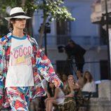 Modelo con camiseta en logotipo en honor a Coco Chanel en el desfile Crucero 2017