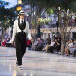 Modelo con traje bicolor en estilo habanero de Chanel en el desfile Crucero 2017