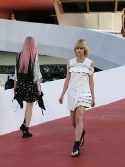 Modelos con un vestido geométrico en blanco de Louis Vuitton en el desfile Crucero 2017