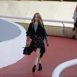 Modelos con un conjunto con pedrería en negro de Louis Vuitton en el desfile Crucero 2017