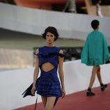 Modelos con un vestido geométrico en caída con volantes de  Louis Vuitton en el desfile Crucero 2017