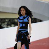 Modelo con un vestido geométrico bicolor de Louis Vuitton en el desfile Crucero 2017