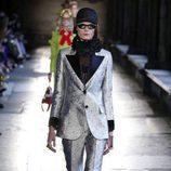 Modelo con traje metalizado de Gucci en el desfile Crucero 2017