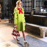 Modelo con vestido verde lima y zapatos de plataforma de Gucci en el desfile Crucero 2017
