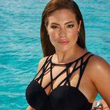 Ashley Graham con un bañador asimétrico oscuro de su colección 'Ashley Graham x swimsuit for all'