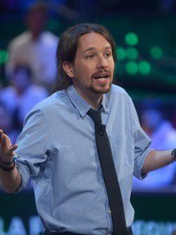 Pablo Iglesias con una camisa celeste con corbata
