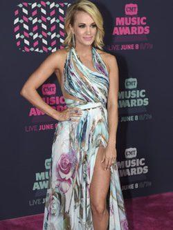 Carrie Underwood con un colorido vestido en  los CMT Music Awards 2016