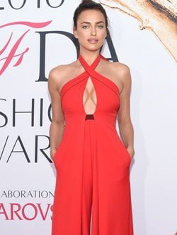 Irina Shayk con un jumsuit rojo coral en los CFDA Fashion Awards 2016