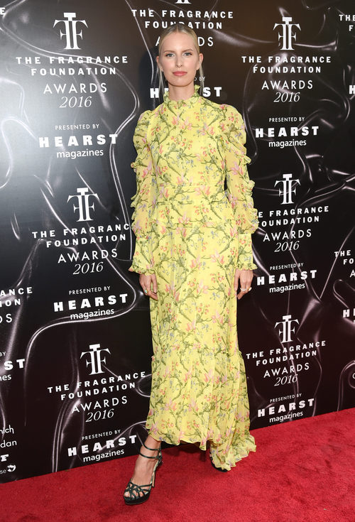 Karolina Kurkova con un vestido floral largo
