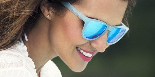 Paula Echevarría posando con las gafas aguamarina de la nueva colección de Hawkers