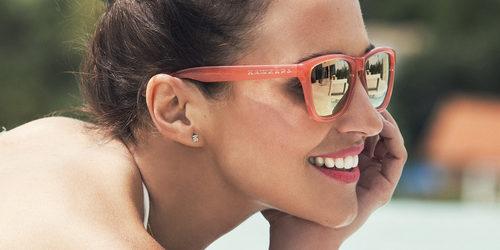 Paula Echevarría posando con las gafas coral de la nueva colección de Hawkers
