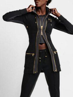 Modelo con piezas del diseñador de Balmain Olivier Rousteing diseñados para Nike