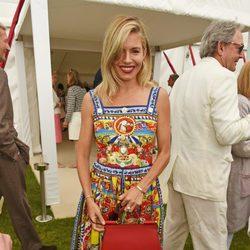 Sienna Miller con un vestido en estampado victoriano y colores vivos