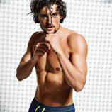 Wouter Peelen con un bañador estampado azul oscuro para la nueva colección Summer de Calzedonia 2016