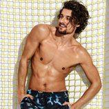 Wouter Peelen con un bañador largo estampado para la nueva colección Summer de Calzedonia 2016