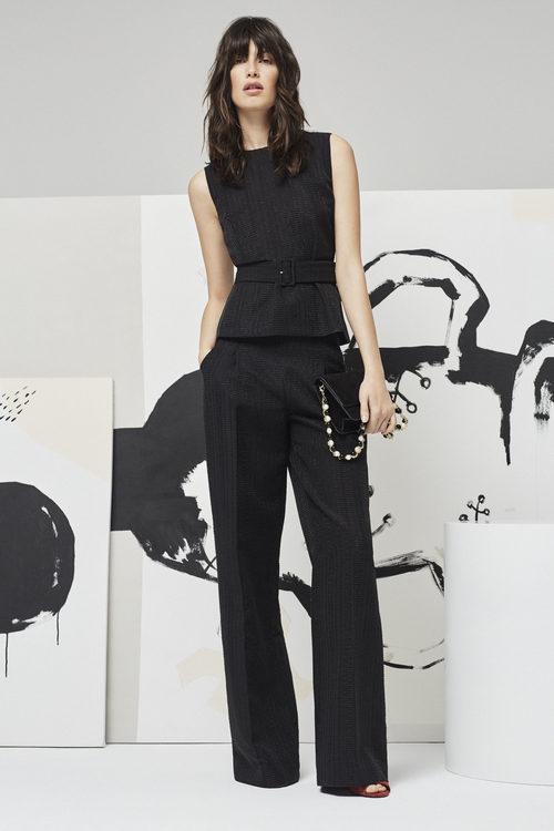 Modelo posando con un conjunto top y pantalón ancho en negro para la nueva colección Pre Fall 2016 de Uterqüe