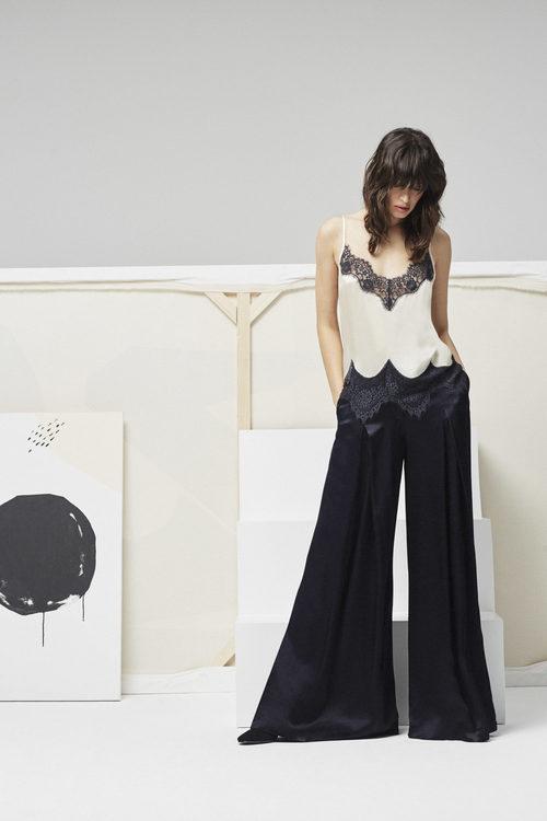 Modelo con top con escote de encaje y pantalon campana para la nueva colección Pre Fall 2016 de Uterqüe