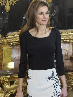 Reina Letizia con un conjunto en blanco y negro de Felipe Varela