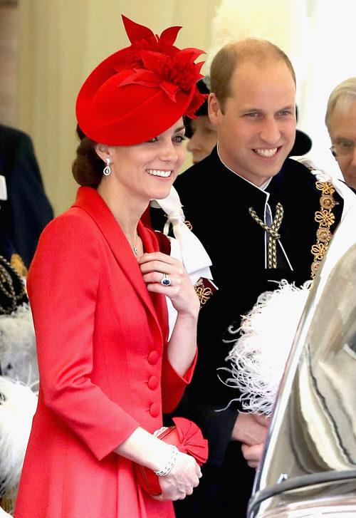 La Duquesa de Cambridge con un conjunto en rojo pasión