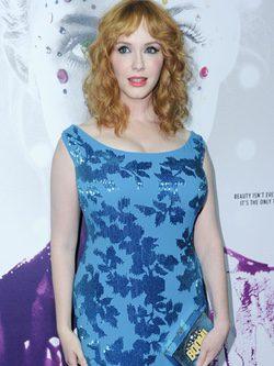Christina Hendricks con un vestido ceñido y estampado