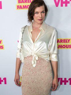 Milla Jovovich con un conjunto de blusa y falda