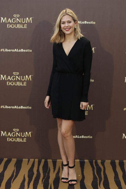 Kimberley Tell con un vestido veraniego en negro