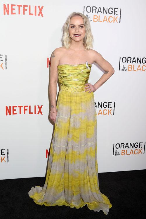 Tary Manning con un vestido en amarillo fluor