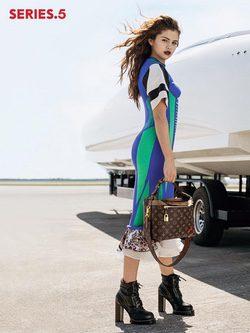 Selena Gomez con un vestido multicolor como embajadora de Louis Vuitton