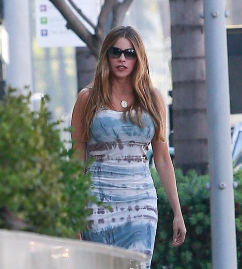 Sofía Vergara con un vestido de estampado 'tye die' y un bolso