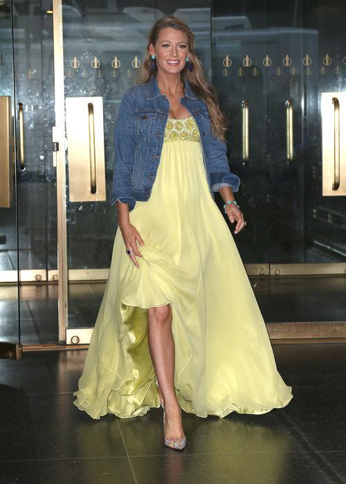 Blake Livey con un vestido extra largo en amarillo