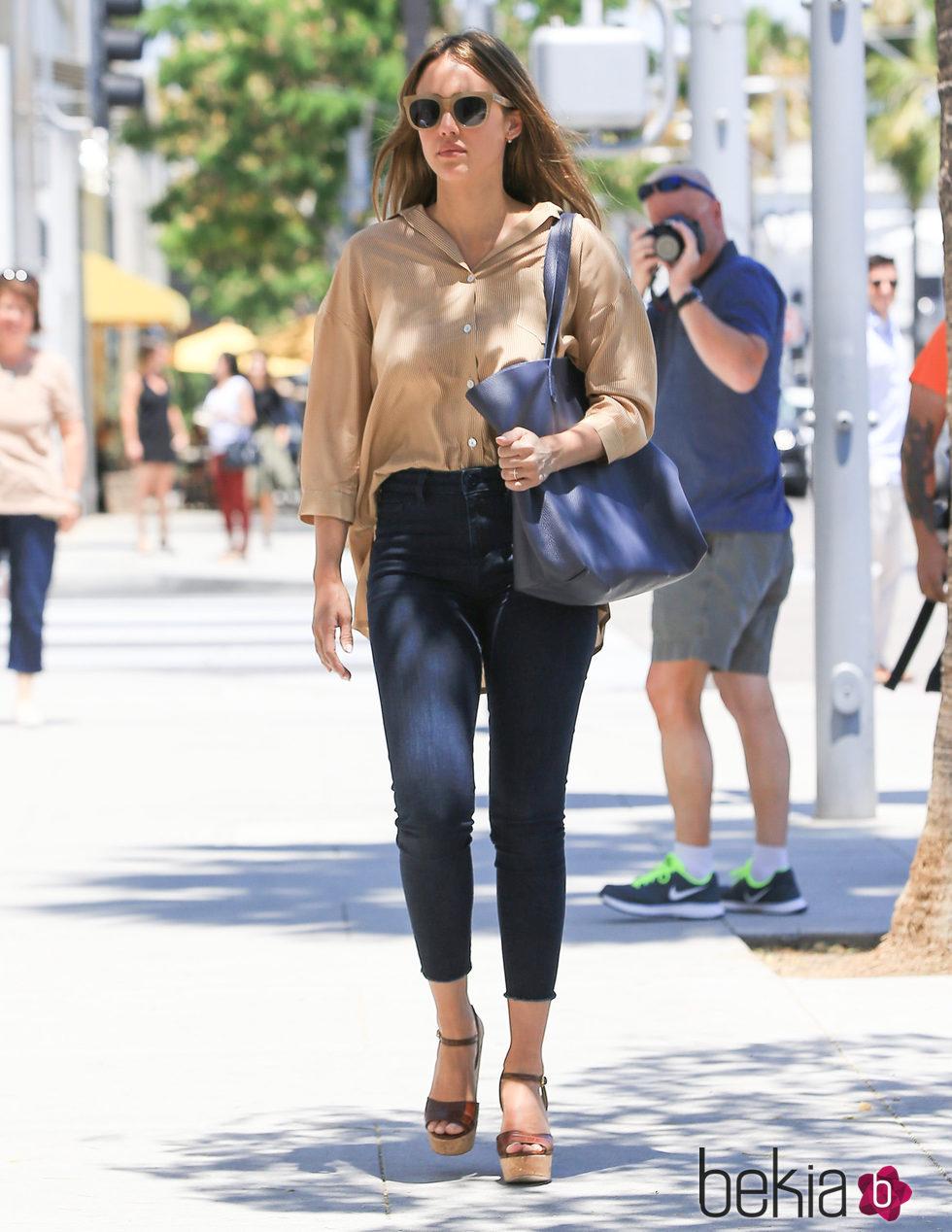 Jessica Alba Con Un Total Look Casual Chic El Estilo De