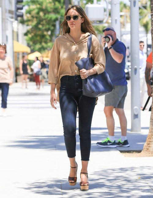 Jessica Alba con un total look casual chic